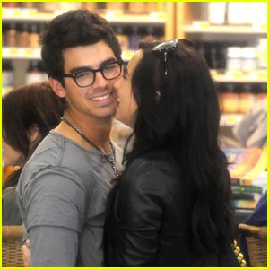 Jonas  Demi Lovato Kissing on Joe Jonas And His On And Off Screen Girlfriend Demi Lovato Get Giggly